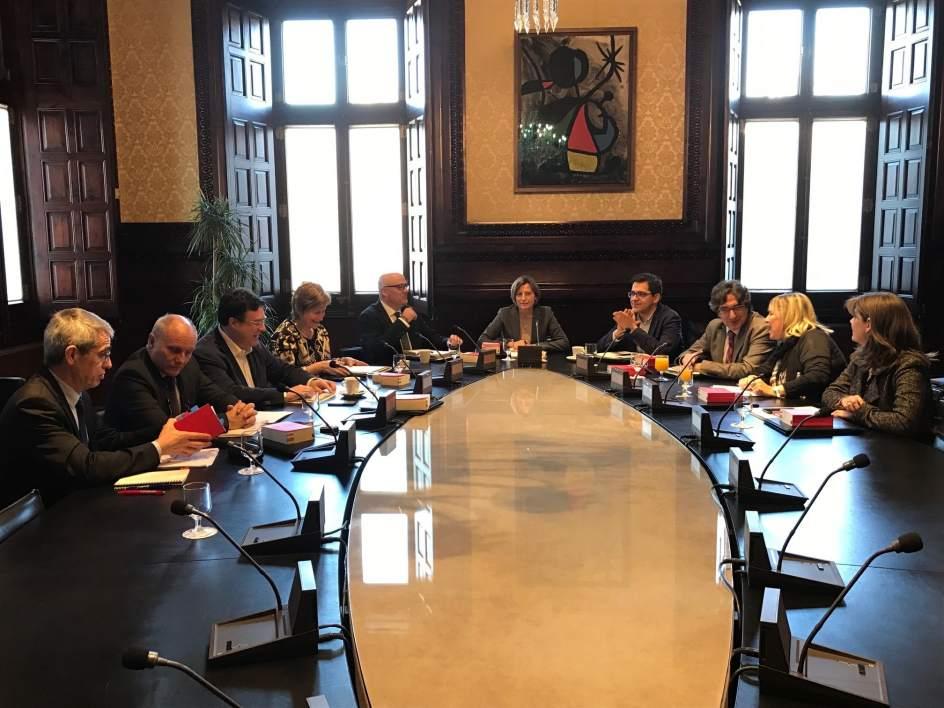 El tsjc notifica a puigdemont y a la mesa del parlament el for Mesa parlament