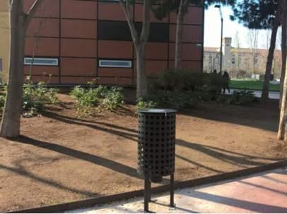 Dispensador de pienso con nicarbazina para controlar la natalidad de las palomas en Barcelona.