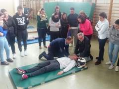 Profesionales, profesores y alumnos durante el taller de RCP