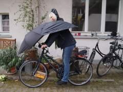 El paraguas-chubasquero para la bicicleta, ¿es un 'fake' o es real?