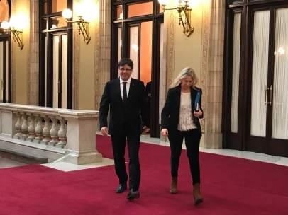 Pte.Carles Puigdemont sale de su despachocon la consellera Neus Munté.