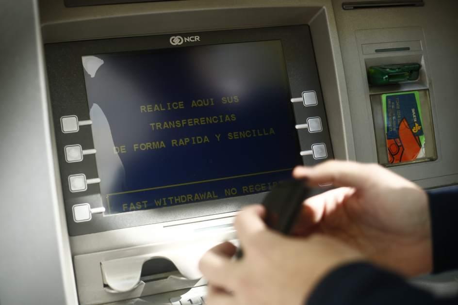 Desarticulada una red que robaba datos de tarjetas de for Cajeros banco santander para ingresar dinero
