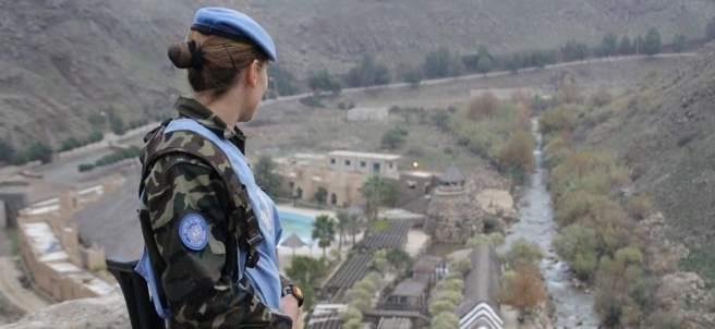 Una militar patrulla en Líbano