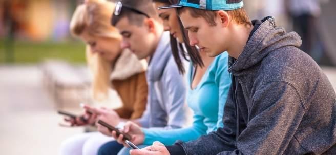 Jóvenes con el móvil