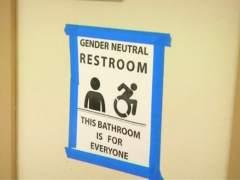 Trump anula una norma que permitía a los transexuales elegir baño en las escuelas