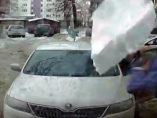Un bloque de hielo destroza un coche en Rusia