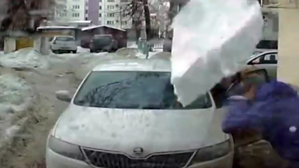 Un bloque de hielo 'volador' destroza un coche en Rusia
