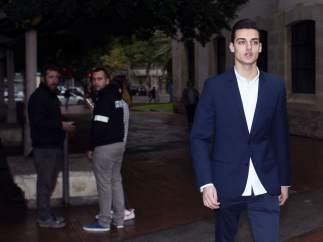 """El youtuber Sergio Soler, conocido como 'Mr. Granbomba', a su llegada a los juzgados para la vista del juicio por el caso """"caranchoa""""."""