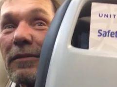 Le expulsan del avión por comentarios racistas