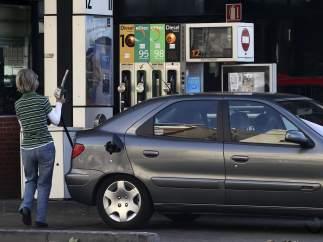 Europa entra en la guerra de las gasolineras autoservicio contra las leyes autonómicas de España