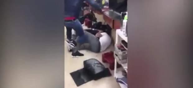 El boxeador homosexual Yusaf Mack golpea a un supuesto acosador en una barbería