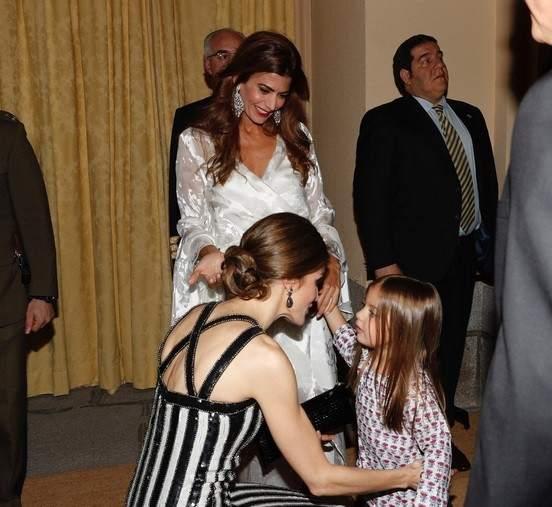 La hija de Macri se marca un 'príncipe George' y saluda a la reina Letizia en pijama