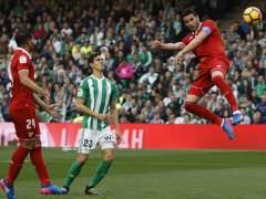 El Sevilla remonta en el derbi ante el Betis e iguala al Real Madrid