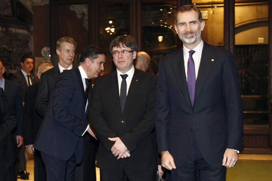 El rey Felipe y Puigdemont se saludan con cordialidad en su encuentro en Barcelona
