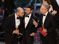 Faye Dunaway y Warren Beatty entregan el premio a mejor película por error a 'La La Land'