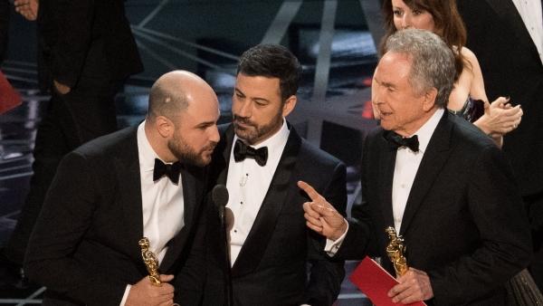 Beatty se equivoca al anunciar el Oscar a la mejor película