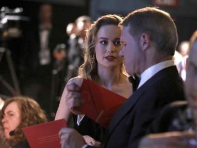 Brie Larson recibiendo el sobre a mejor actor