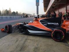 Una fuga de aceite en el motor del McLaren arruina la primera jornada de Alonso en Montmeló