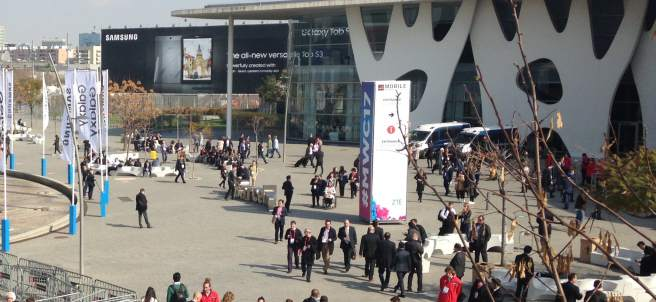 Aspecto del acceso principal al congreso de móviles de Barcelona 2017 en Fira Gran Via en el mediodía de este lunes 27 de febrero.