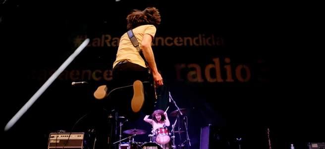 Varios artistas tocando durante un concierto programado por La Radio Encendida; 15 aniversario