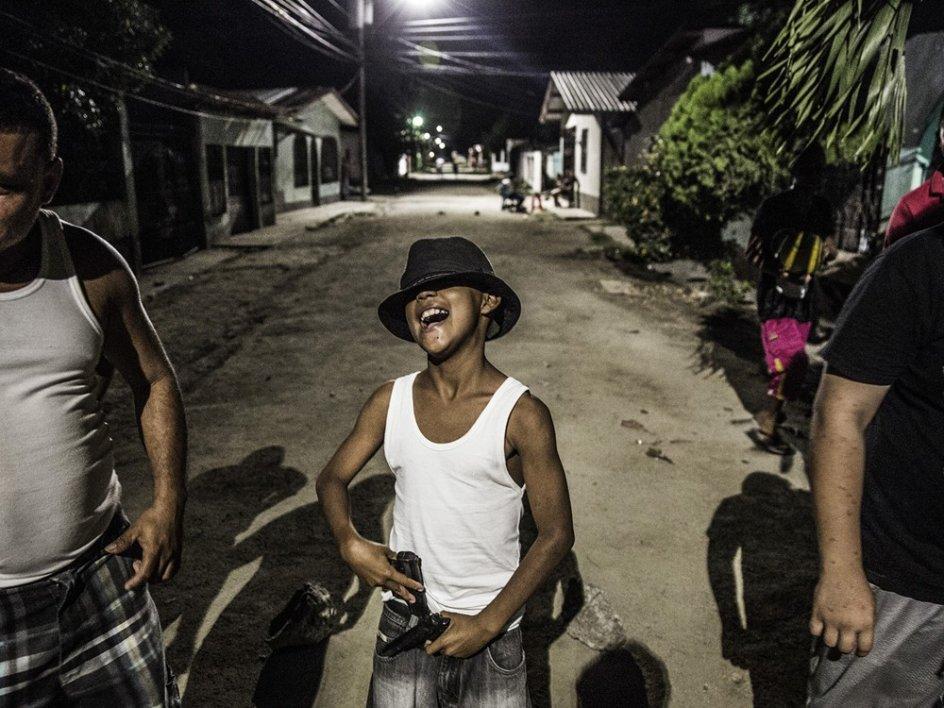 'RHERNANDEZ01'. En la serie 'Rivera Hernandez', Arcenillas explora la vida en la zona más violenta de Honduras