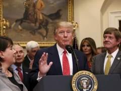 Trump firma una orden ejecutiva en la Casa Blanca