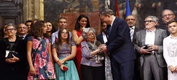 Alejandra Soler, cuando recibió de manos del president Puig la Alta Distinción