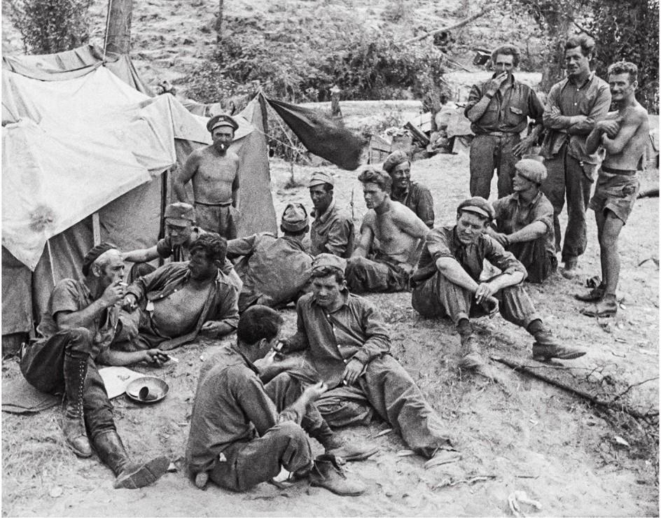 Brigadas Internacionales - Brunete, julio, 1937 . Miembros de las Brigadas Internacionales prorrepublicanas en un momento de descanso durante la batalla de Brunete
