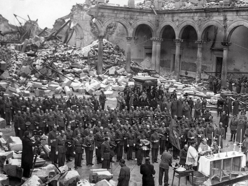 Alcázar de Toledo, 28 de septiembre de 1936 . Los nacionales celebran una misa en el Alcázar de Toledo tras resistir 70 días al asedio de los republicanos
