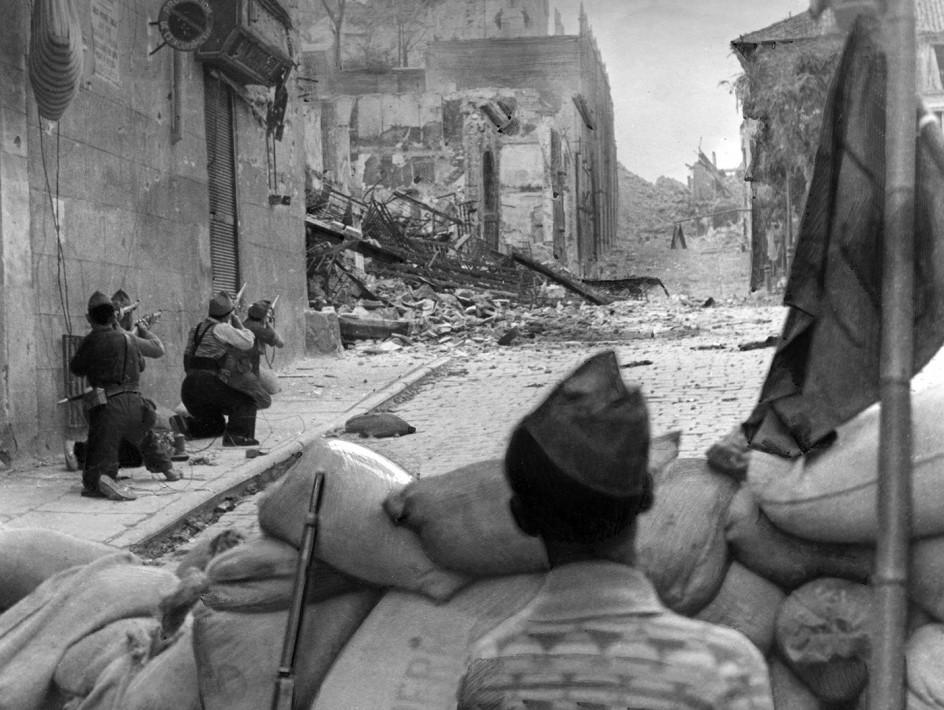 Alcázar de Toledo, 1936  . Milicianos de la República intentan tomar el Alcázar de Toledo, donde se habían refugiado 1.800 soldados franquistas y sus familias