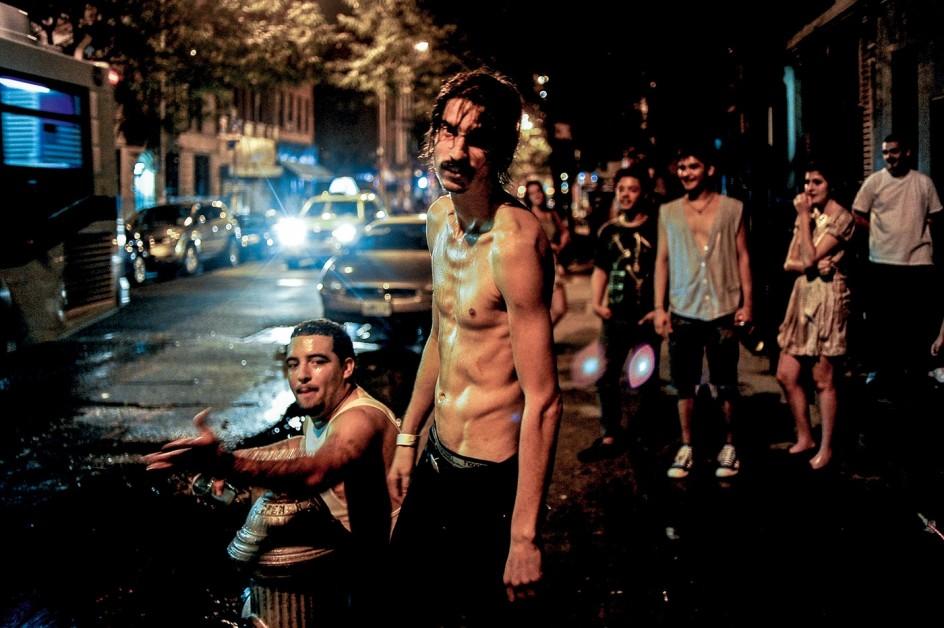 Peter van Agtmael - Brooklyn, New York. 2010  . Vecinos del distrito neoyorquino de Brooklyn celebran la Fiesta Nacional del 4 de Julio