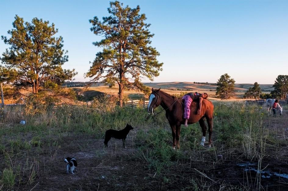 Peter van Agtmael - Pine Ridge, Dakota del Sur. 2011 . Niños de la trtibu Lakota en una granja de Dakota del Sur. Peter van Agtmael, que había sido invitado al lugar, llevó latas de cerveza. La matriarca del clan le dijo que los blancos habían convertido a los Lakota en alcohólicos y el fotógrafo tuvo que disculparse.