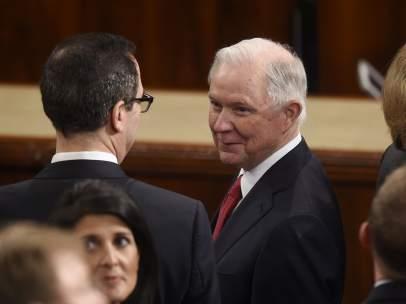 El fiscal general de EE UU, Jeff Sessions (c)