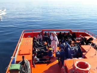 Rescatados de la patera en la isla de Alborán