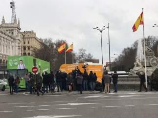 Autocaravana de Hazte Oír y el autobús  de 'El Intermedio'