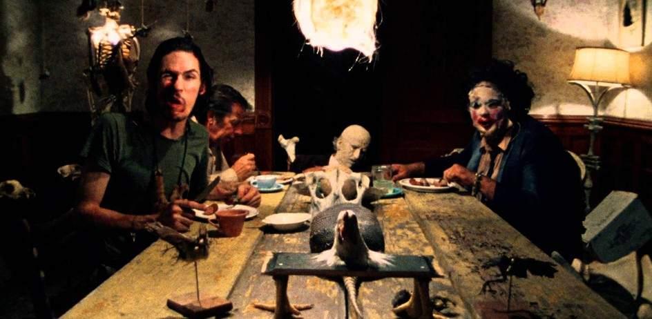 La matanza de Texas (1974). La película de terror dirigida por Tobe Hooper sobre una familia de caníbales, y que también utilizan máscaras hechas con carne humana, es todo un clásico del género de los 70. Inspirada en el asesino en serie real Ed Gein, provocó más de un desmayo e infarto en su proyección en cines.