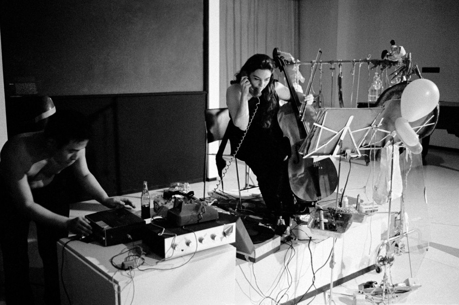 "Charlotte Moorman performs John Cage's 26'1.1499"" for a String Player at opening celebration for Art by Telephone, Museum of Contemporary Art Chicago, October 31, 1969. Charlotte Mooman interpreta en 1969 en directo una pieza de John Cage"