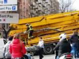 Efectivos de emergencias trabajando en el lugar del atropello causado por un camión grua en el cruce entre la Rambla Volart y la calle Sant Antoni Maria Claret.