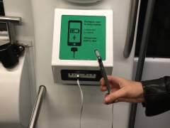 En la imagen el cargador de dispositivos móviles de alta potencia que TMB ha instalado en dos trenes de la L2 del metro de Barcelona