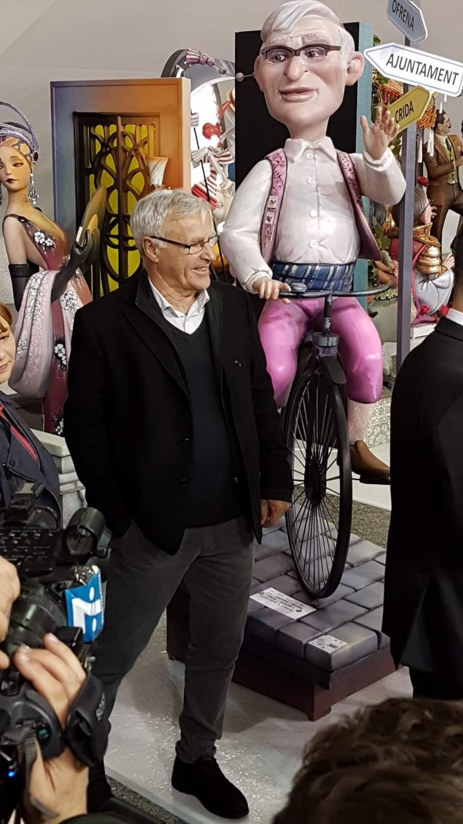 Ninot de Joan Ribó. El alcalde de València, junto con la representación de su ninot.