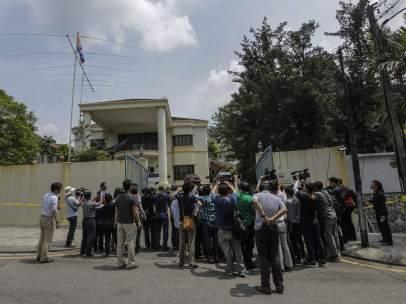 La prensa a las puertas de la embajada norcoreana en Malasia