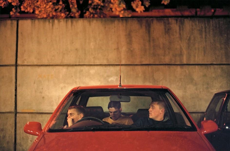 Tobias Zielony (*1973) - Lee + Chunk, 2000 . Tobias Zielony ha dedicado una serie de fotos a la gente que espera dentro de automóviles estacionados en aparcamientos