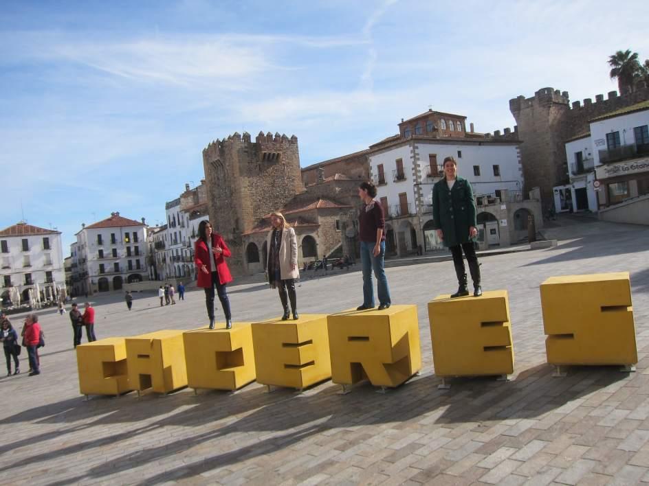 La plaza mayor de c ceres ya luce el nombre de la ciudad for Oficina de turismo de caceres