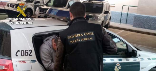 Detenido trasladado por la Guardia Civil