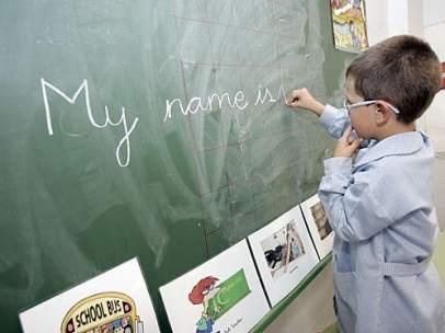 Imatge d'arxiu d'un xiquet que escriu anglés en la pissarra del col·legi