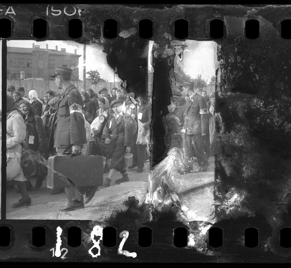 Henryk Ross - Ghetto police escorting residents for deportation, 1942-44. Agentes de la policía interna del gueto vigila a los internos durante una de las deportaciones a Chelmno y Auschwitz. De los 160.000 reclusos del gueto, sólo sobrevieron al exterminio unos 10.000.