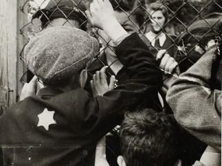 Henryk Ross - Children talking through fence of central prison on Czarnecki Street prior to deportation, 1940-42