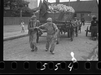 Henryk Ross - Men hauling cart for bread distribution, 1942