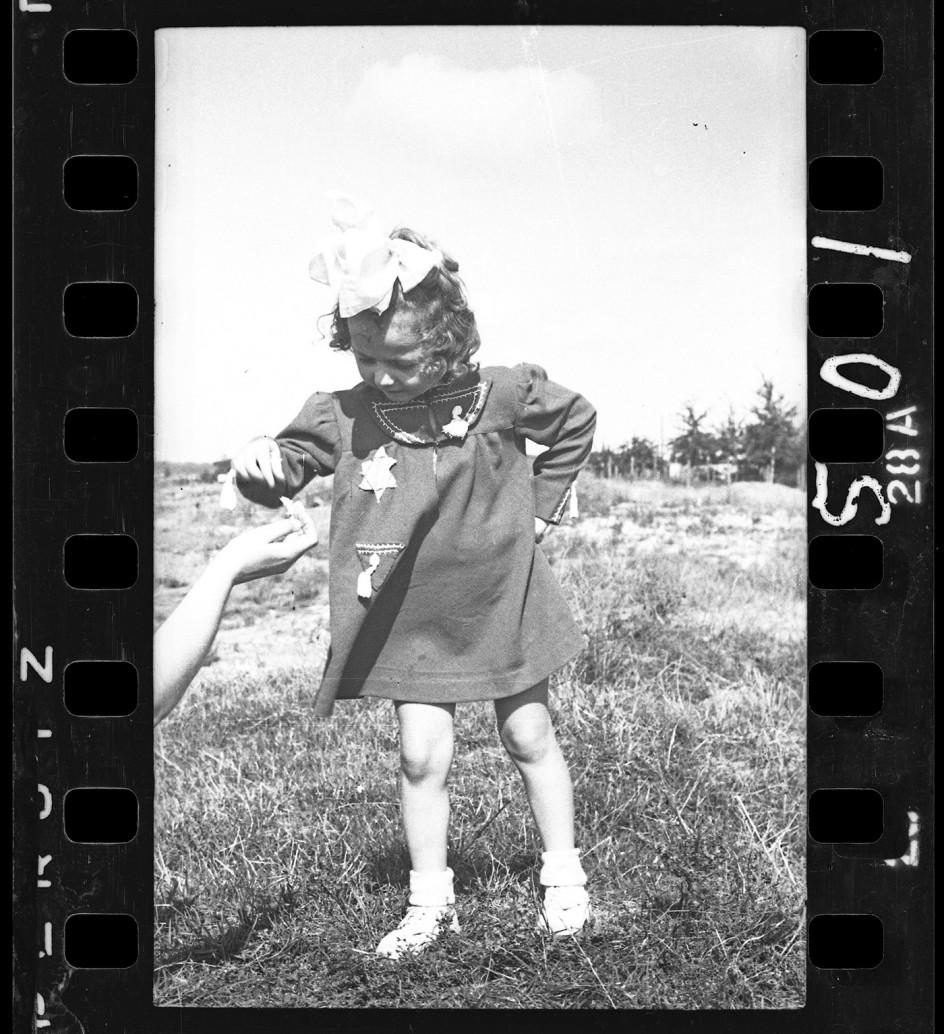 Henryk Ross - Young girl, 1940-44. Niña con la estrella que la identifica como judía