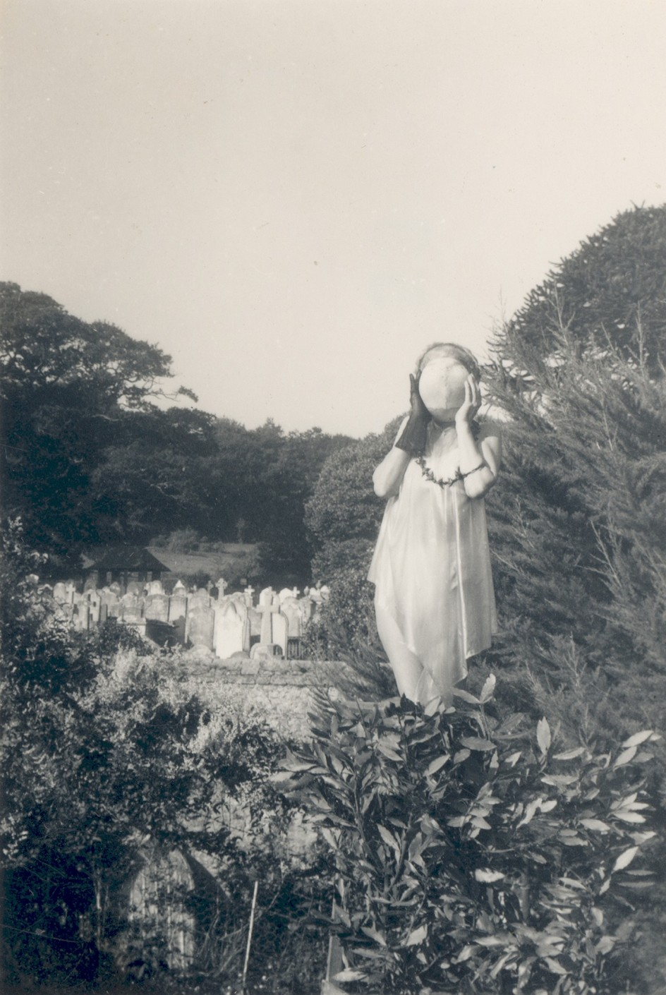 Self-portrait (with masked face and graveyard) by Claude Cahun, c.1947. Foto de 1947 de la francesa Claude Cahun